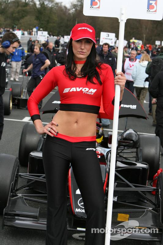Une jeune femme Avon Tyres