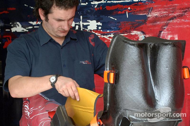 Un mécanicien de Scuderia Toro Rosso