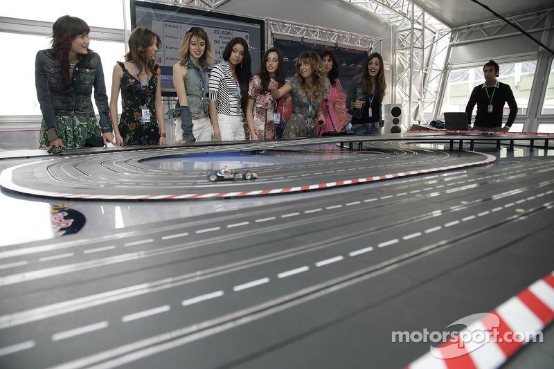 Jeudi refroidi: les jeunes femmes de Formule 1 de Red Bull Energy Station jouent avec les voitures de Carrera