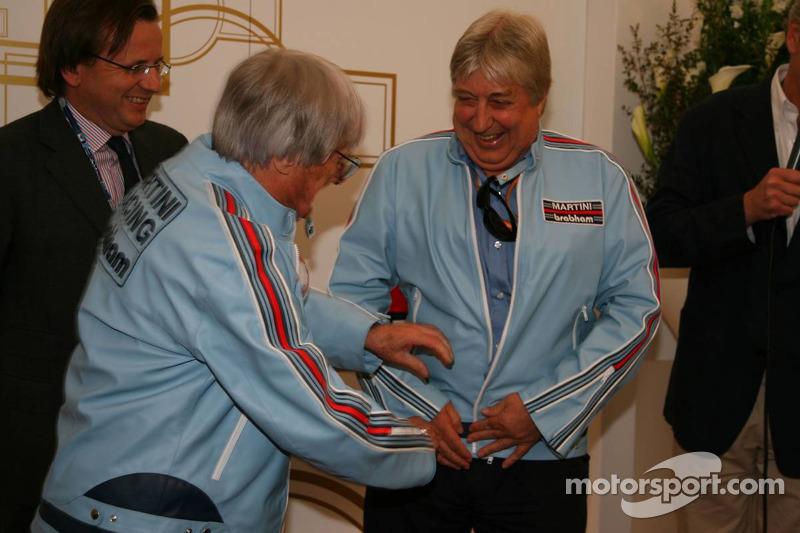 Bernie Ecclestone et Herbie Blash, personne de la FIA avec la veste rétro qu'il portait quand ils travaillaient ensemble chez Brabham F1