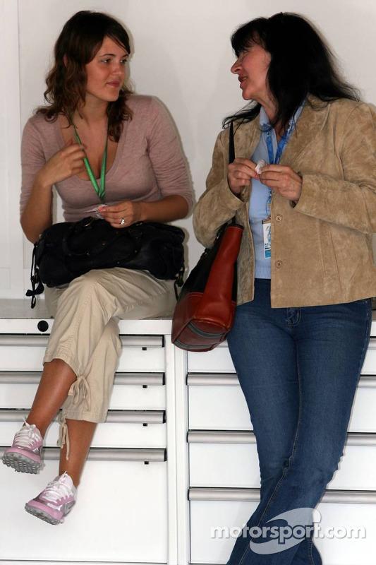 Johanna, petite-amie de Jacques Villeneuve, avec Joanne, mère de Jacques Villeneuve