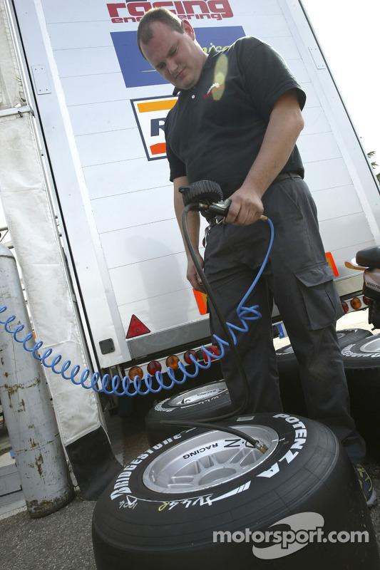 L'équipe Racing Engineering inspecte les pneus