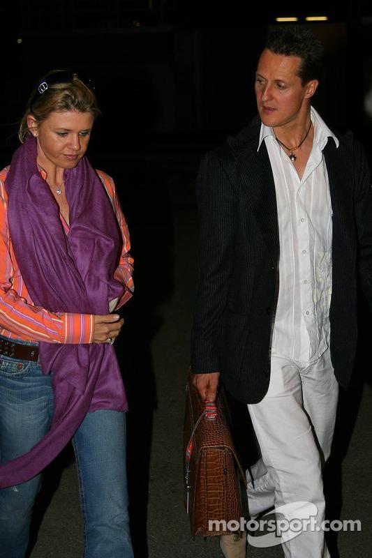 Michael Schumacher y su esposa Corina dejan el circuito