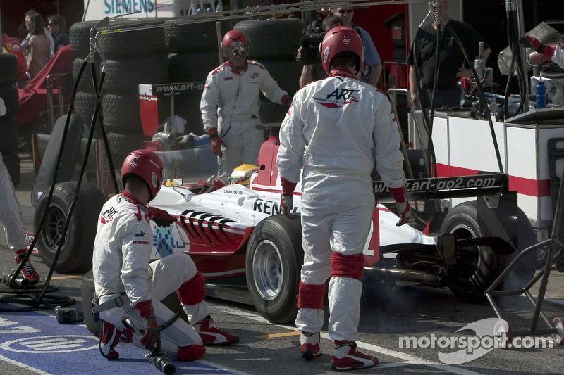 Arrêt au stand pour Lewis Hamilton