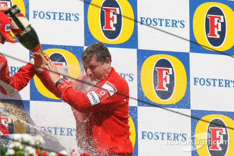 Podium: champagne pour Michael Schumacher et Jean Todt