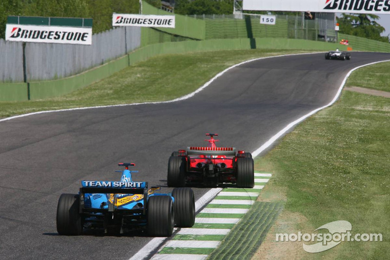 Fernando Alonso poursuit Michael Schumacher