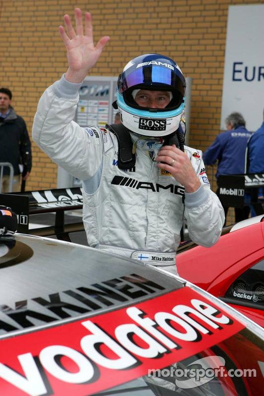 Mika Häkkinen acclame les fans après la deuxième place en qualifications