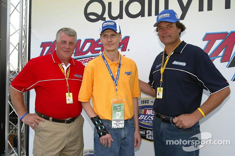 Le président de Aaron's William Butler, Randy McCloy et Michael Waltrip