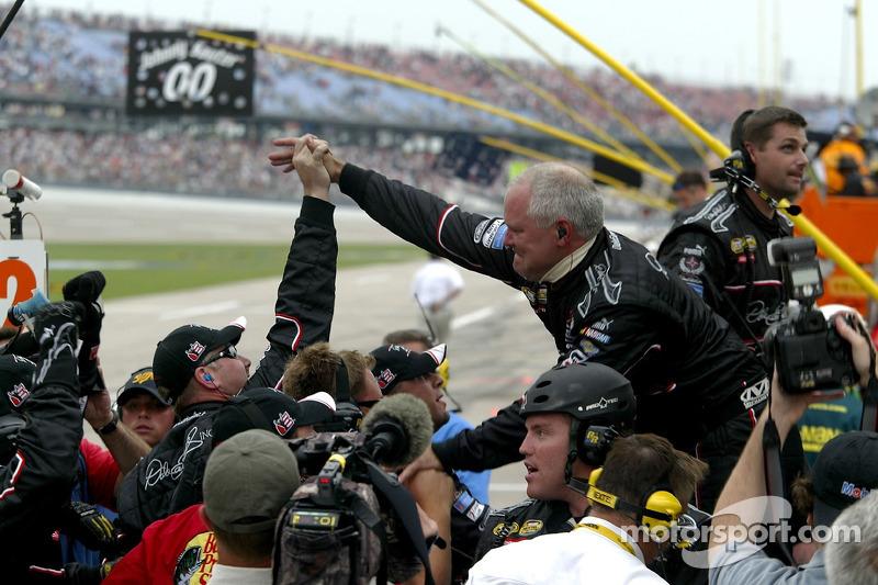 L'équipe de stand pour Martin Truex Jr. Après sa victoire en NASCAR Busch Series Aaron's 312