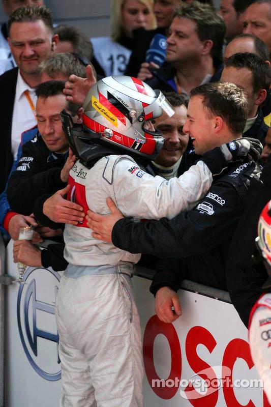 Les membres de l'équipe félicite le vainqueur Bernd Schneider