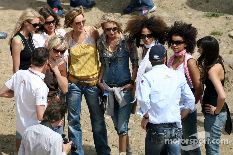 Red Bull: David Coulthard et le pilote d'essai Robert Doornbos avec des jeunes femmes Formule 1