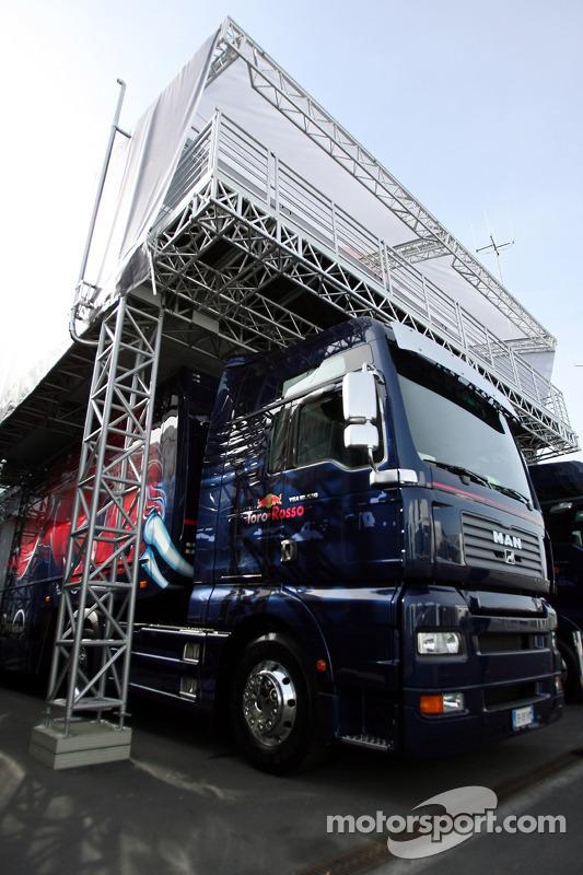 Un camion et la maison Toro Rosso