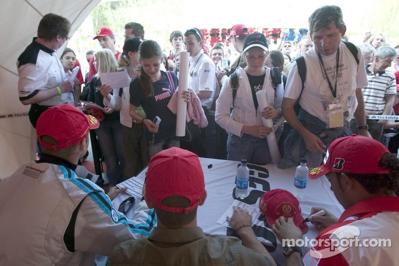 Gianmaria Bruni, Ernesto Viso et Lewis Hamilton signe des autographes