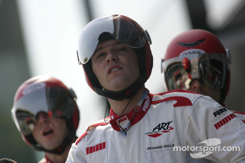 Un membre de l'équipe ART Grand Prix regarde le début de la course