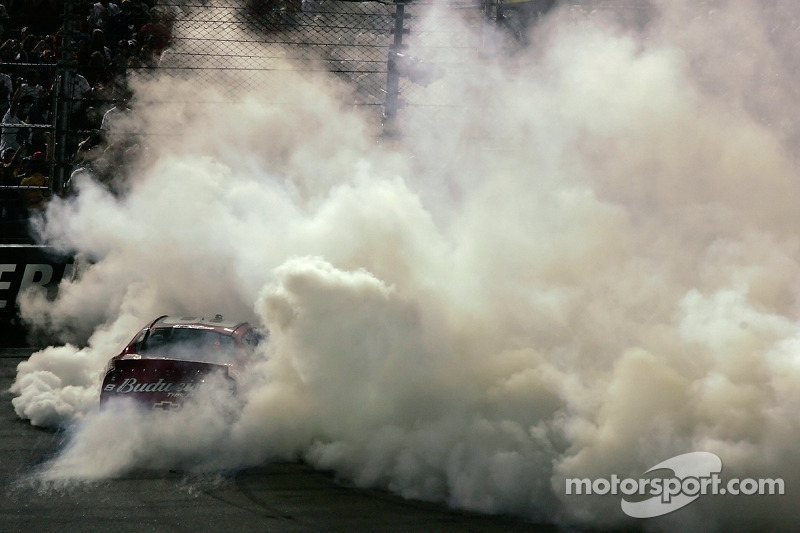 Dale Earnhardt Jr. Chauffe son moteur durant les célébrations