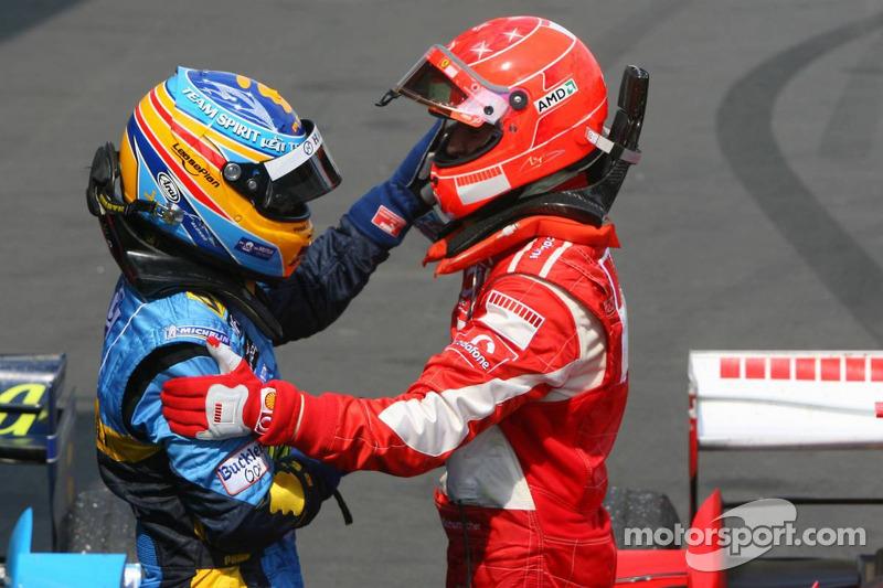 Le vainqueur Michael Schumacher avec Fernando Alonso