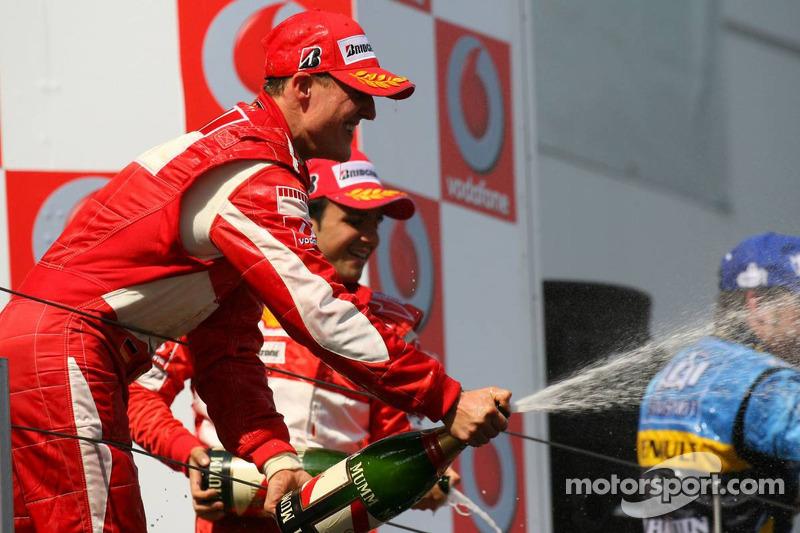 Podium: champagne pour Michael Schumacher, Fernando Alonso et Felipe Massa