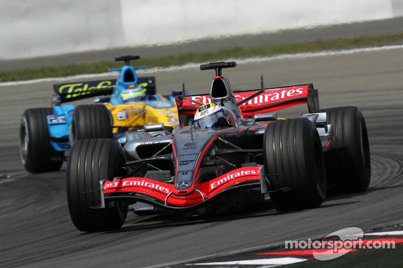Juan Pablo Montoya devant Giancarlo Fisichella