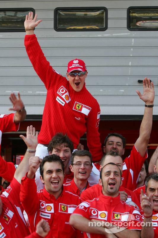 Le vainqueur Michael Schumacher avec son équipe
