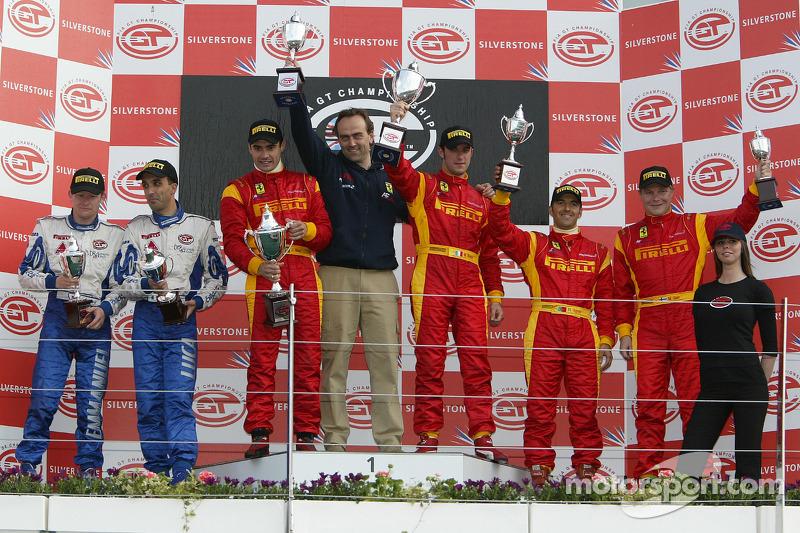 Podium GT2: les vainqueurs Matteo Bobbi et Jaime Melo, avec les deuxièmes Emmanuel Collard et Luca R