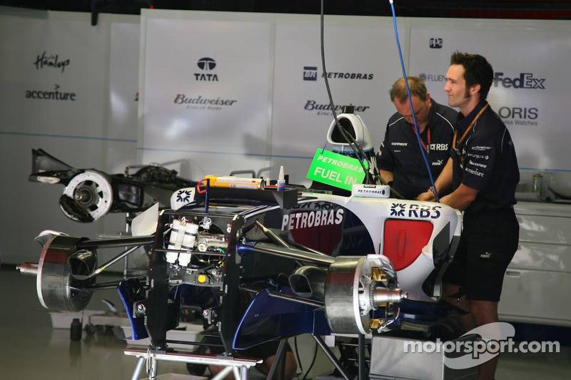 La voiture de Mark Webber est préparée
