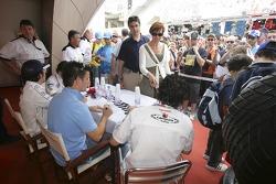 Адриан Валлес, Серхио Эрнандес, Феликс Портейро и Хавьер Вилья раздают автографы