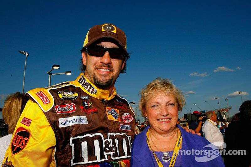 Elliott Sadler pose pour une photo avec sa mère, Bell Sadler