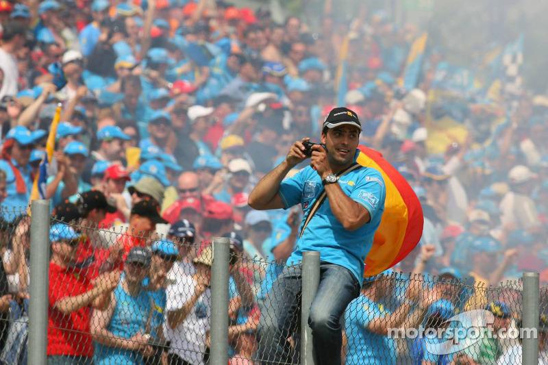 Des fans fêtent la victoire de Fernando Alonso