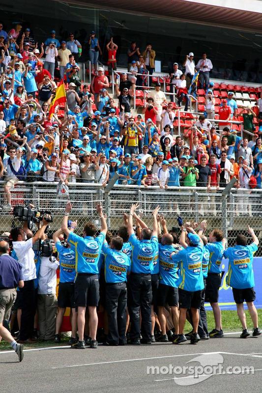 Fernando Alonso et les membres de l'équipe Renault F1 avec les fans