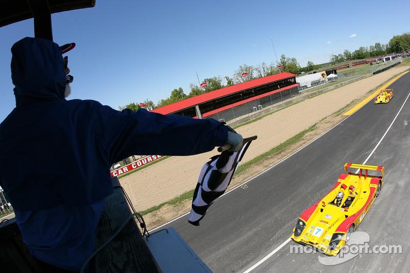 #7 Penske Motorsports Porsche RS Spyder: Timo Bernhard, Romain Dumas passe la ligne d'arrivée avant #6 Penske Motorsports Porsche RS Spyder: Sascha Maassen, Lucas Luhr