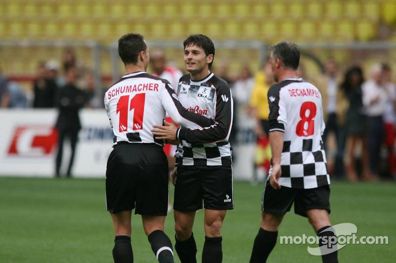 Match de football de charité: Michael Schumacher félicite Giancarlo Fisichella