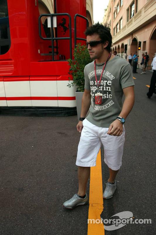 Fernando Alonso arrive au paddock avec sa petite amie