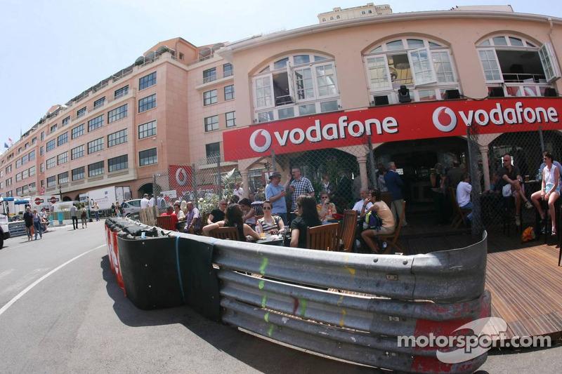 Des résidents et des touristes dînent dans un restaurant après le Grand Prix