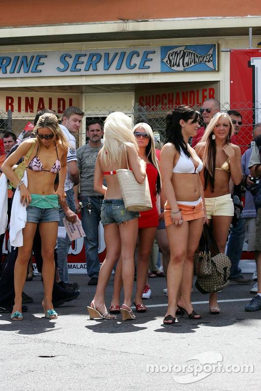 Des jeunes femmes dans les rues de Monaco
