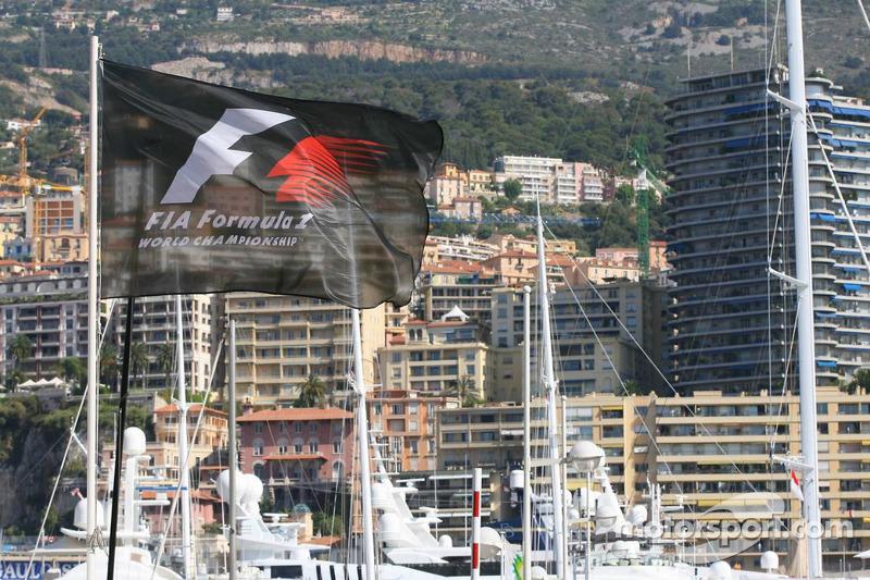 Un drapeau Formule 1 vole dans le port de Monaco