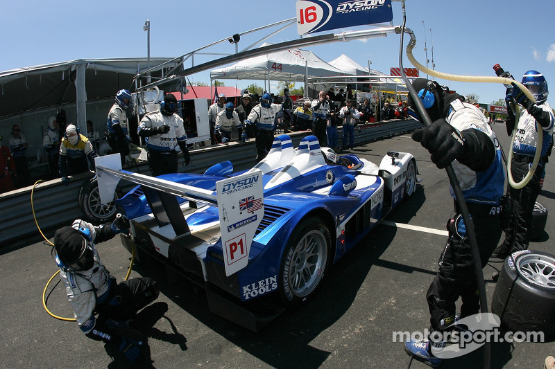 Arrêt au stand pour #16 Dyson Racing Team Lola B06/10 AER: James Weaver, Butch Leitzinger