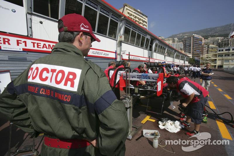 L'équipe BCN Competicion répare la voiture de Hiroki Yoshimoto