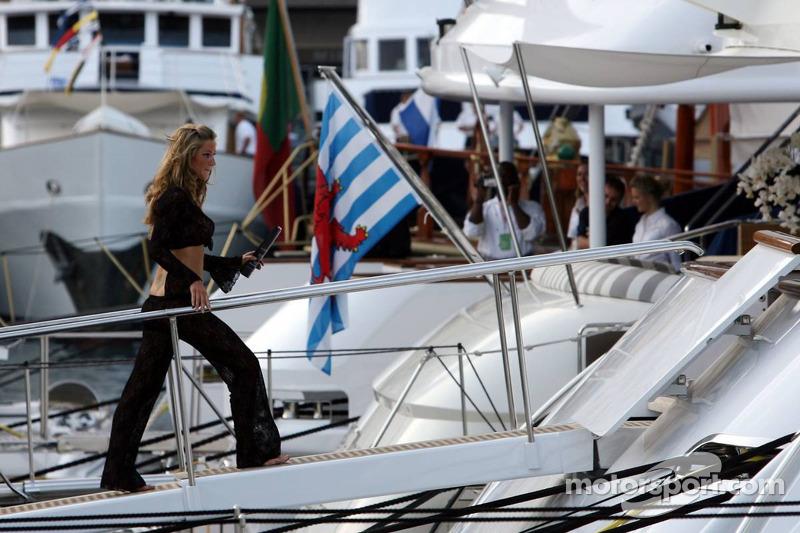 Des jeunes femmes sur un yacht dans le port de Monaco