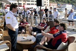 Chilled Thursday: sporting director Christian Horner, Michael Ammermueller and engineers of the Red Bull Junior Team