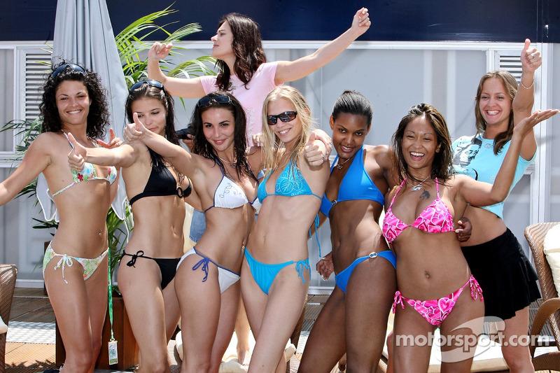Des jeunes femmes Formule 1 dans la piscine Superman