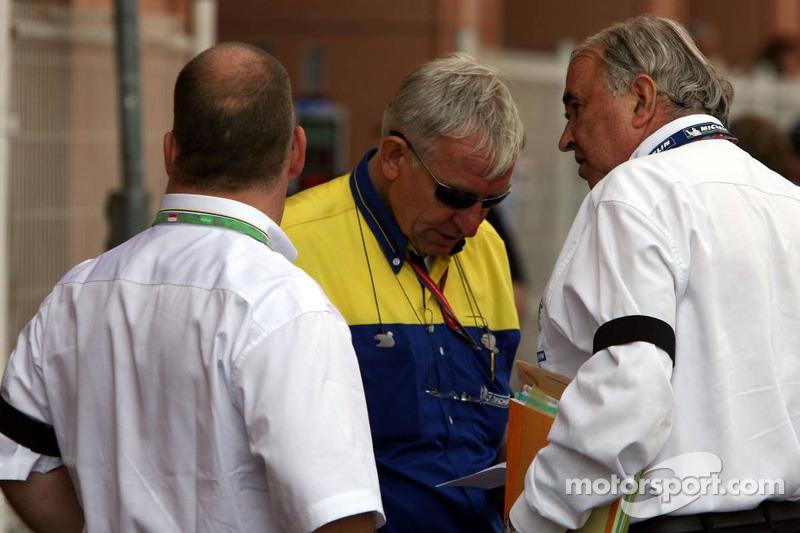 Les membres de l'équipe Michelin portent un bandeau noir, en hommage à Edouard Michelin, qui est décédé dans un accident de bateau