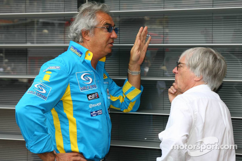 Discussions après les qualifications: Flavio Briatore et Bernie Ecclestone