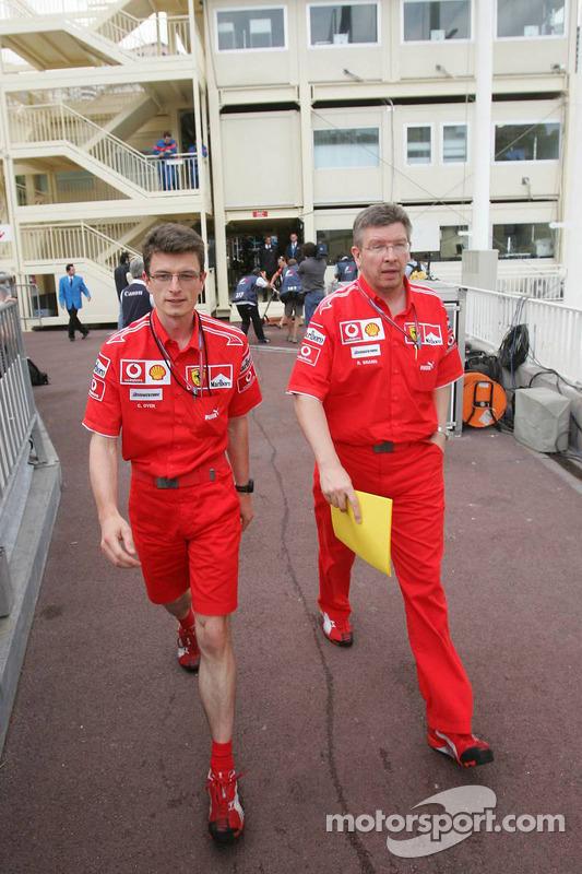 Chris Dyer et Ross Brawn quittent la réunion des commissaires concernant la pole position de Michael Schumacher