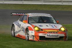 Dans l'herbe pour la #92 Imsa Performance Matmut Porsche 996 GT3 RSR: Christophe Bouchut, Raymond Na