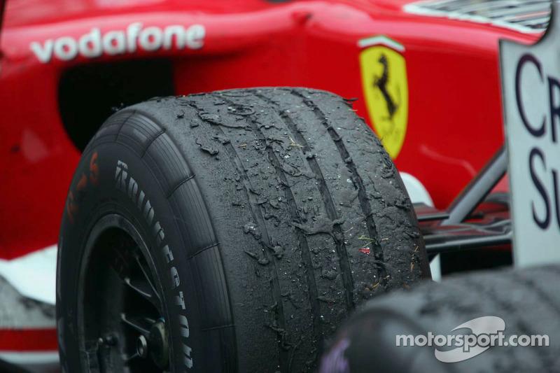 Gros plan du pneu de Michael Schumacher