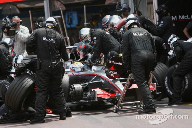 Juan Pablo Montoya hace un pitstop