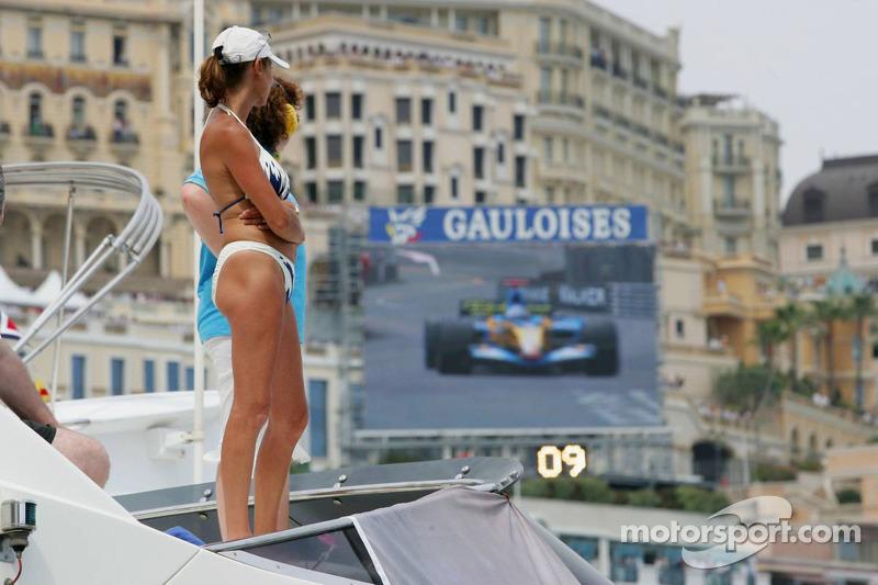 Une jolie femme regarde Fernando Alonso