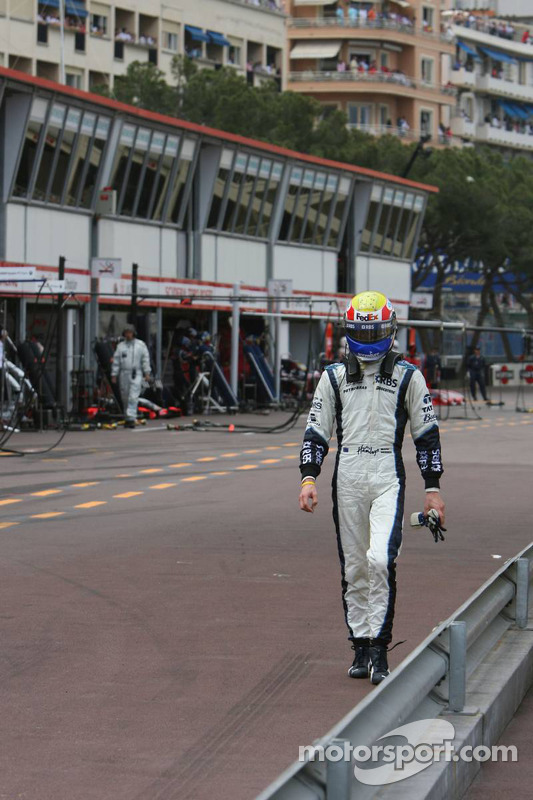Mark Webber marche vers les stands