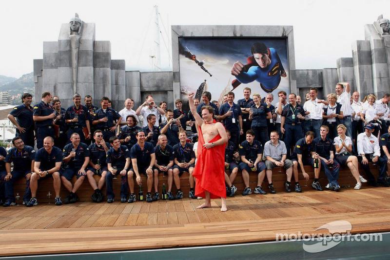 Red Bull Racing director deportivo Christian Horner hace bien en una apuesta que si el equipo hace el podio, él saltaría desnuda en la piscina del equipo