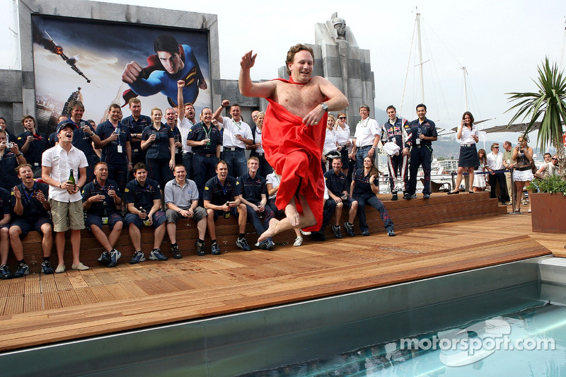 El equipo de Red Bull Racing y el director deportivo Christian Horner en una capa de Superman salta